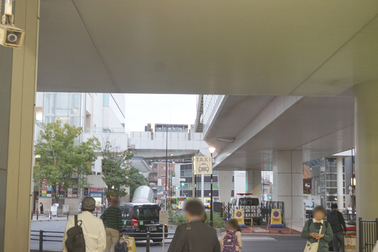日暮里駅東口出口を右折してください